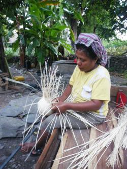 東ティモール かごを編む